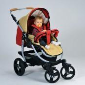 Kinderwagen mit Naturmaterialien